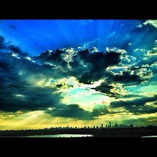 Nova York essa manhã!! Que céu é esse!!! #sky #sun #clound #newyork #nyc #manhattan #lovenyc #photooftheday #instagood #instafamous #instagramnyc #iphone #Nikon #D5000 #architecture