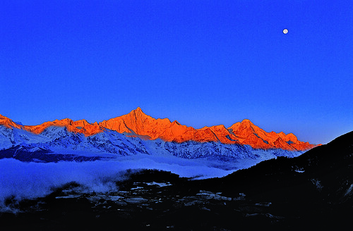 Khawa Karpo Peak at full moon. Photograph by Fang Zhendong.