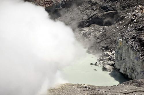 Humo saliendo del agua ácida del cráter principal del volcán poás. volcán poás - 7734261882 8f197277dd - Volcán Poás en Costa Rica
