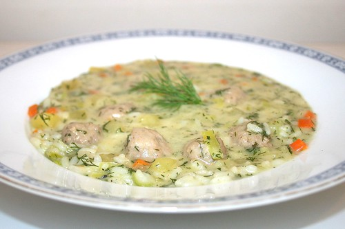39 - Dill soup with meatballs - Side view / Dillsuppe mit Bratwurstklößchen - Seitenansicht