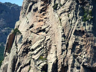 Deux grimpeurs dans la voie de 'La fille qui m'accompagne' sur l'Anima Damnata à Bavella