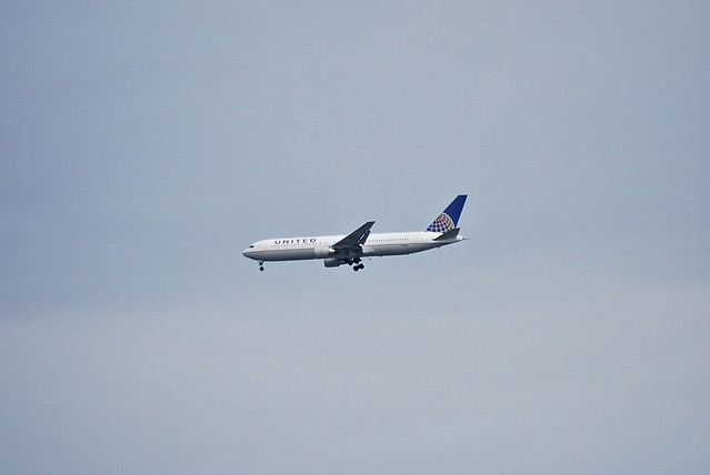 Boeing 767-300 United/Continental merged colors  SFO approach 28(R?)