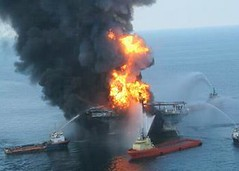 消防船上的船員與深海地平線的大火搏鬥,2010年4月21日。(美國海岸防衛隊提供)