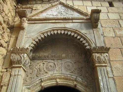 Simbología esculpida en la puerta del templo.