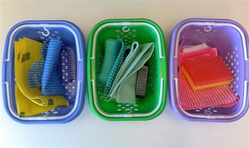 Acessórios de limpeza organizados por cores e cômodos.
