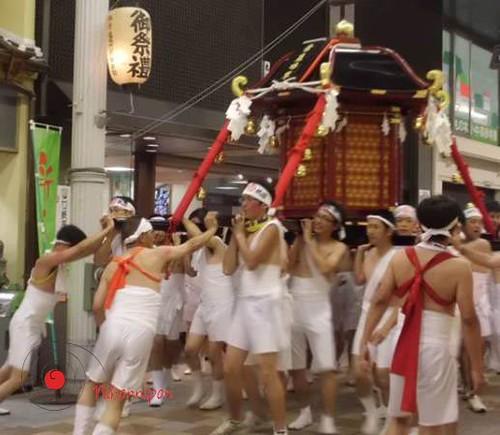 O-mokoshi de los chicos (Yamaguchi) 男のぉ-神輿 (山口)