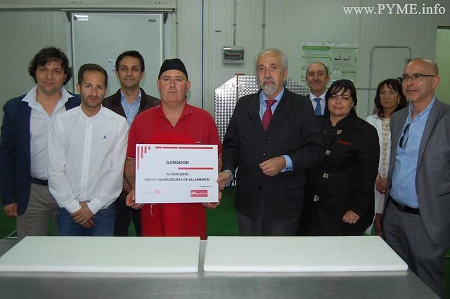La Carnicería Meva y Llorente muestra su premio como ganador del concurso de 'La mejor hamburguesa de Salamanca'.