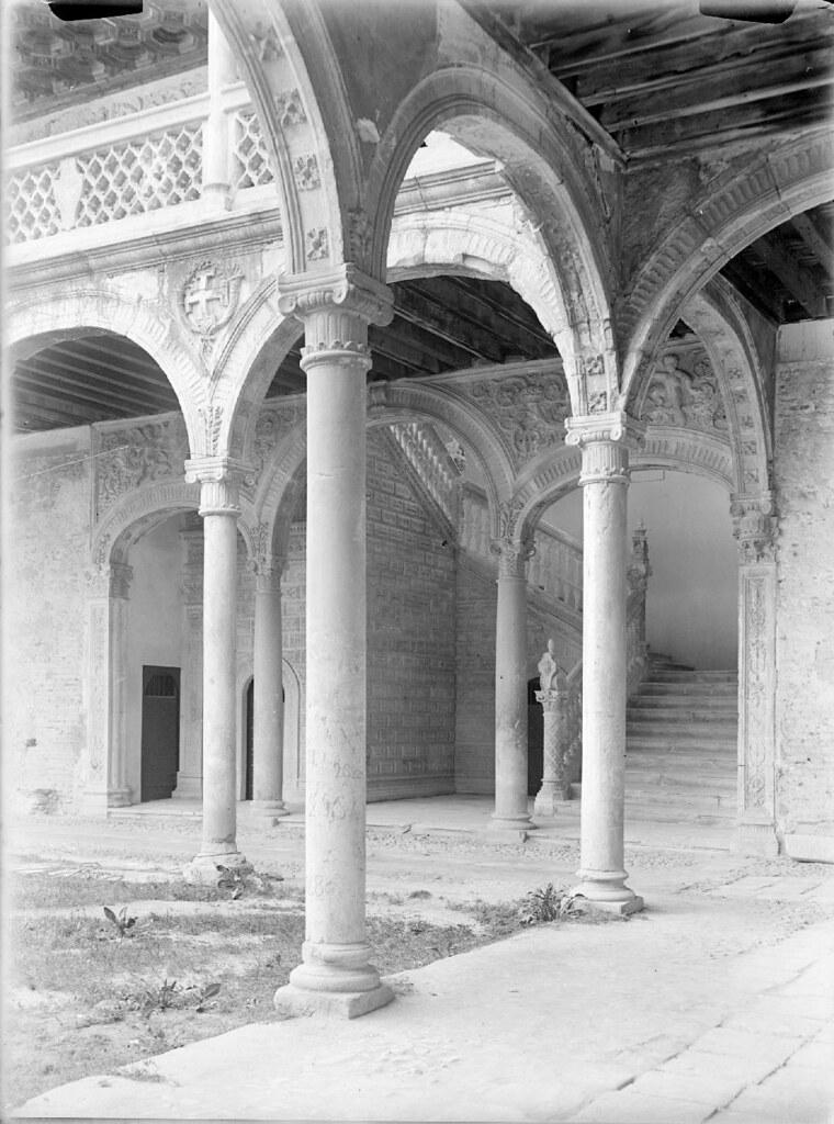 Patio del Hospital de Santa Cruz en los años 20. Detalle de una Fotografía de Otto Wünderlich. © Fototeca del Patrimonio Histórico
