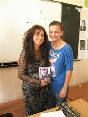 a Gabriela regalando el poemario Esperanza traducido en bulgaro