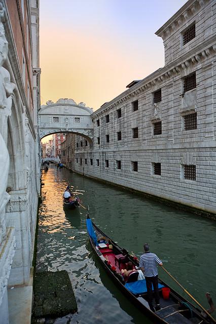 イタリア ヴェネツィアの運河のある景色