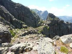 Vire de l'Andade a u Ponte : depuis la plate-forme rocheuse, début de la 1ère échancrure en versant W