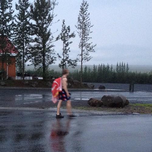 Un vecino paseando al fresco en bañador (12°) #geysir #iceland #islandia #tripiniceland