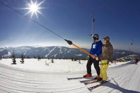 Ve Špindlerově Mlýně se bude lyžovat levněji
