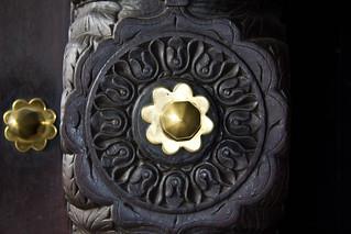 Obrázek House of Wonders u Zanzibar. africa door wood tanzania zanzibar stonetown brass houseofwonders