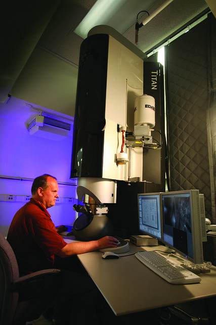 Rob Dickerson uses a state-of-the-art transmission electron microscope at the Electron Microscopy Laboratory managed by LANL's metallurgy group, Materials Science and Technology Division. The lab supports multiple Los Alamos programs, including the Center for Materials at Irradiation and Mechanical Extremes (CMIME).