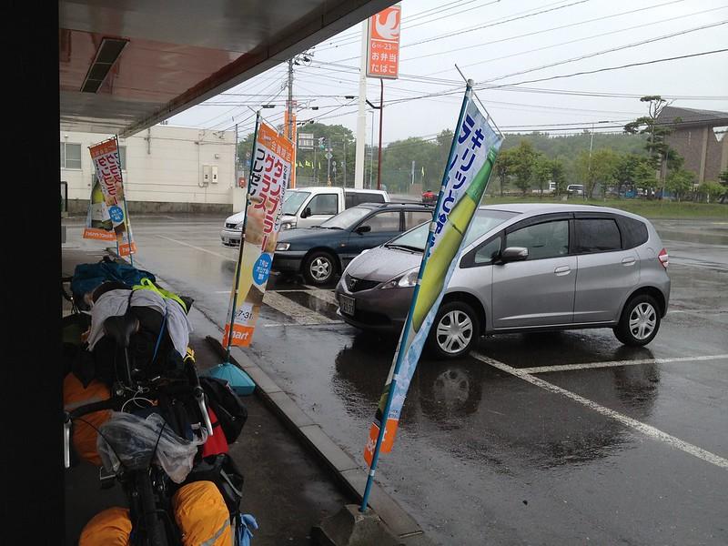 セイコーマートで雨宿り