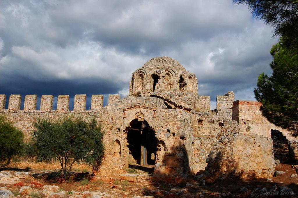 На территории крепости находится множество памятников архитектуры различных эпох - церкви, часовни, мечети, хамамы и др.