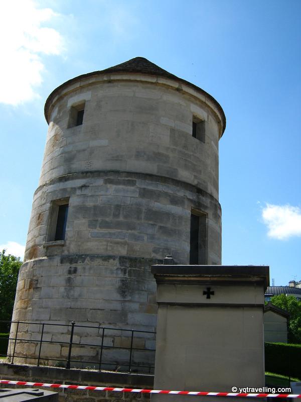Cordoned tower of Montparnasse cemetery