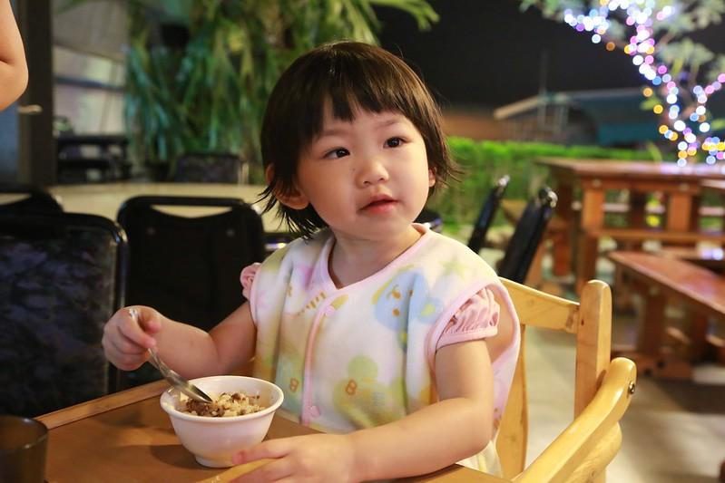 寶妹在吃老闆贈送的肉燥飯