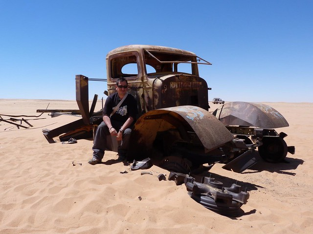 Junto a un vehículo de la II Guerra Mundial en el Sáhara Oriental (Egipto)