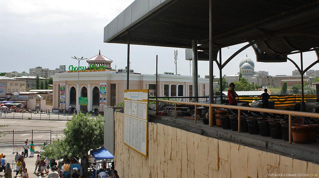 Au fond, le Chorzu Plaza. Nous sommes à l'entrée de la grande coupole du Bazar de Chorsu. On reconnaît la mosquée Juma à droite.