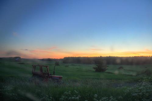 sunset tractor window field grass barn sunrise suomi finland volvo midsummer midnight juhannus auringonlasku ikkuna pelto auringonnousu keskiyö toijala akaa