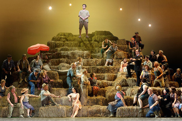 Members of The Royal Opera in L'Elisir d'amore. ©ROH/Catherine Ashmore 2007
