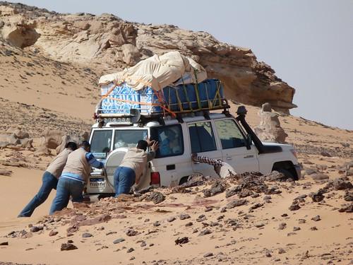Empujando un coche en la Expedición Kamal (Egipto)