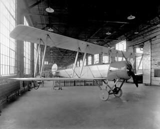 Right front-side view of an Avro airplane, Canadian Aeroplanes Ltd., Toronto, Ontario, 1918 / Vue du côté avant droit d'un appareil d'Avro, Canadian Aeroplanes