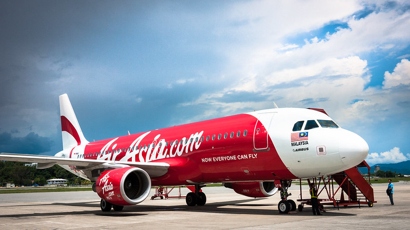 廉價航空機身塗裝往往特別鮮豔,沒太多複雜的設計,就寫上大大的公司名,很引人注目。