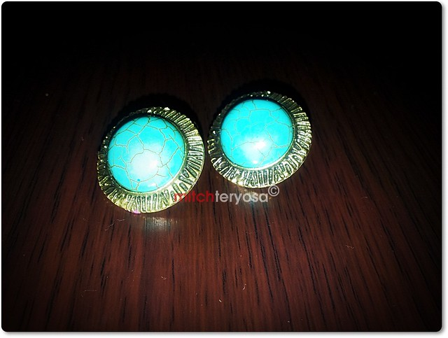 Button type earrings