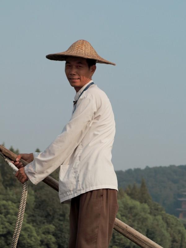Chinois menant la barque