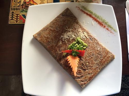 Arequipa: crêpe de cañihua (céréale d'altitude sans gluten) garnie de jambon, fromage et avocat