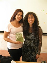con Mariana regalandole el poemario traducido