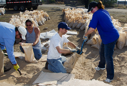 LANL employees fill sandbags at Santa Clara Pueblo