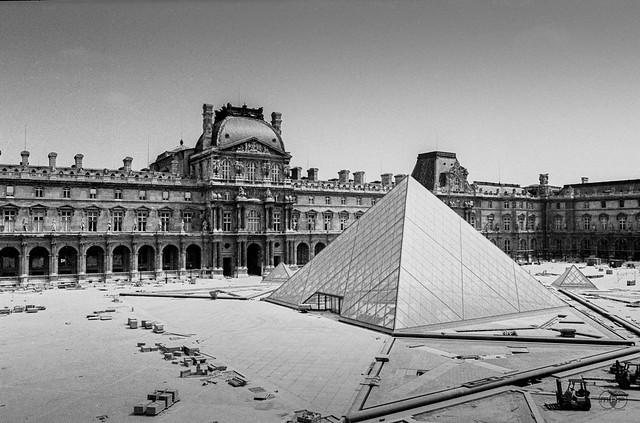 Pyramide du louvre under construction paris 1987 flickr photo sharing - Construction of the louvre ...