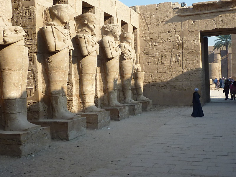 Karnak, temple reposoir de Ramsès III, cour à portique et piliers osiriaques, XXè dynastie