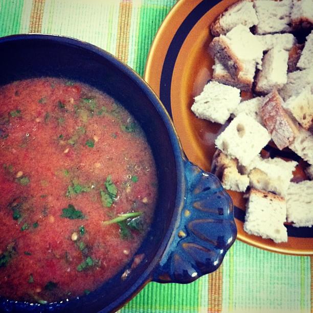 Sopa fria de tomate com quadradinhos de pão torrado