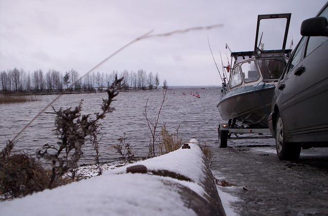 Pesca en Finlandia: metiendo el barco en el agua.