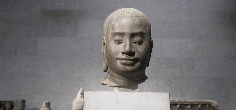 04 据信为柬埔寨吴哥王朝最著名的统治者之一,阇耶跋摩七世的头像Jayavarman VII(1125-1215)
