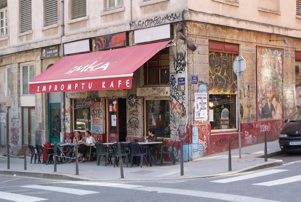 Café de la place Colbert sur les pentes de la Croix Rousse à Lyon.