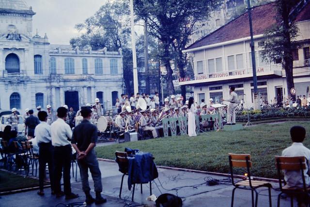 SAIGON 1969-70 - By Robert and Linda Buckalew - Ban quân nhạc trình diễn trên Công viên Đống Đa trước Tòa Đô Chánh