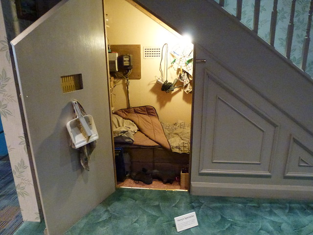 Harry 39 s room under the stairs harry potter tour warner for Hidden storm shelter