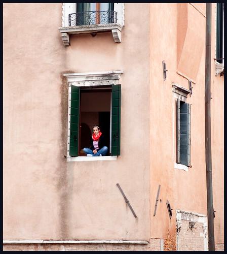 vrouw in het raam by hans van egdom