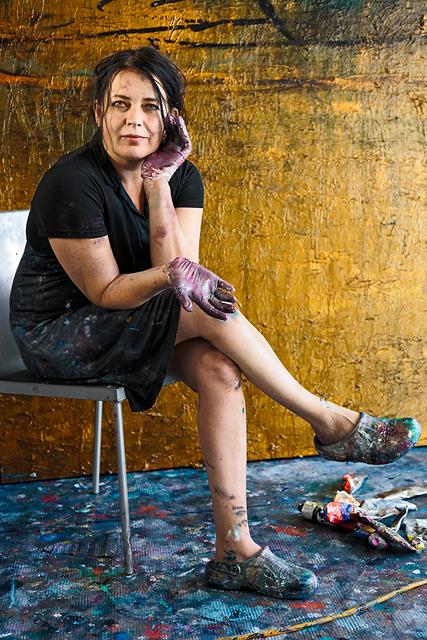 Taidemaalari Nanna Susi työhuoneellaan kaapelitehtaalla.