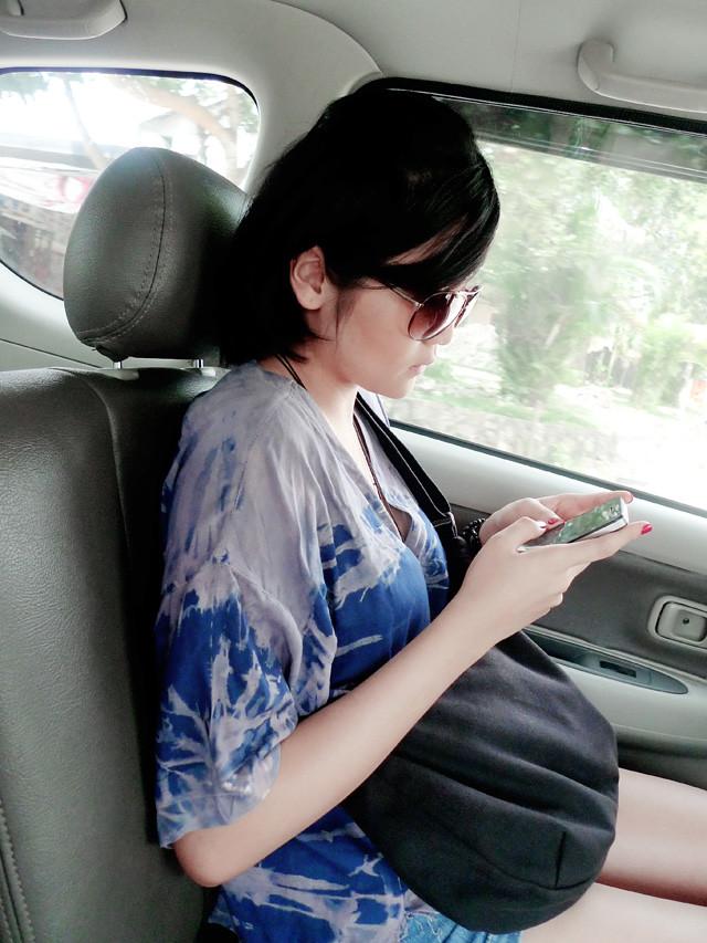 amelia on car
