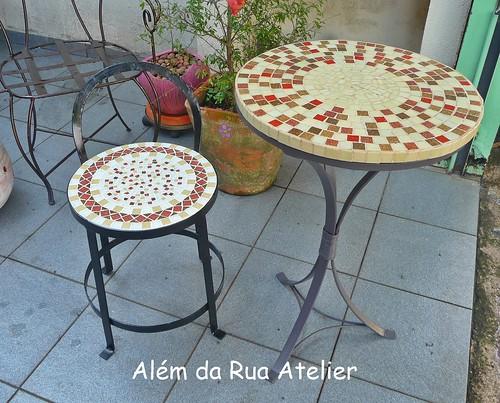 Mesa e banco de mosaico e ferro