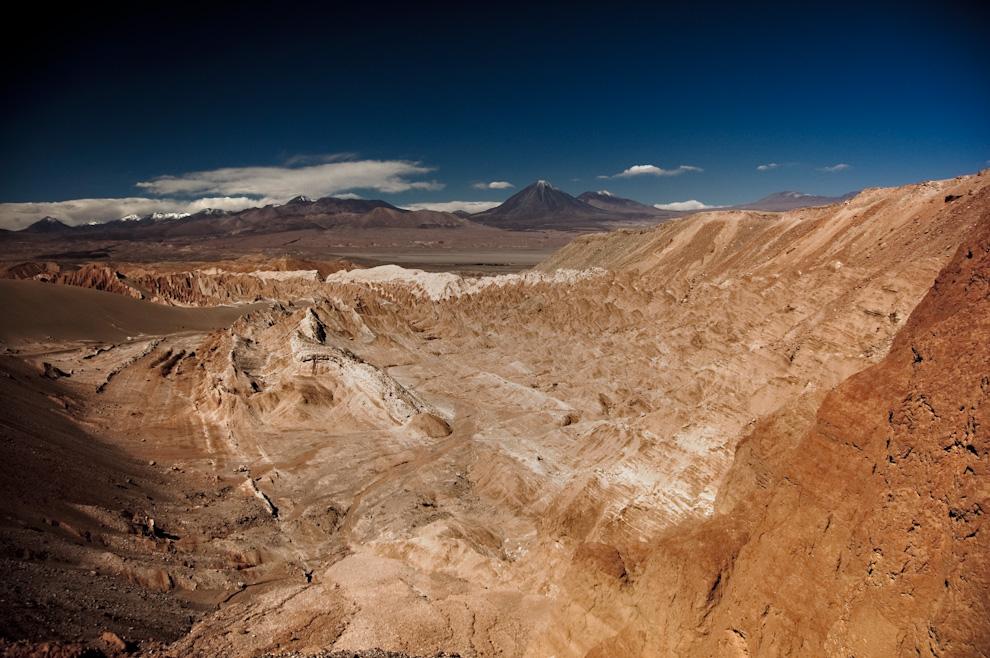 El valle de la luna surge en el encuentro entre el desierto de atacama  con la cordillera de Los Andes, las inundaciones y los vientos le han dado una serie de colores y textura al desierto presentando un extraordinario atractivo por su similitud con la superficie lunar y coliseo natural de grandes dimensiones. (Roberto Dam)