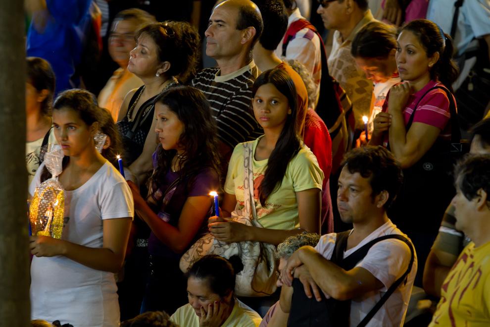 Una niña participa con su vela encendida en una de las tantas misas realizadas en la noche del 7 de Diciembre, frente a la Basílica, donde miles de feligreses se congregaban, esperando el amanecer. (Tetsu Espósito)