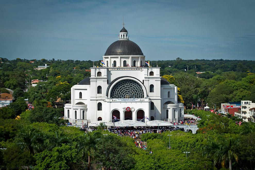 El 8 de diciembre, una de las festividades religiosas más importantes para el pueblo paraguayo, en esta entrega de la Virgen de Caacupé. La Basílica de Caacupé, fotografiada desde lo alto, recibe a miles de feligreses, peregrinantes desde todo el país, que el 8 de diciembre de cada año rinden su homenaje a la Virgen. (Tetsu Espósito)